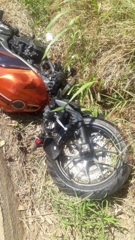 A motocicleta ficou destruída após com a lateral do carro. A polícia vai apurar as circunstâncias do acidente de trânsito.