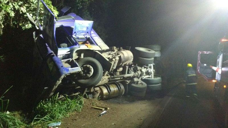 Motorista de 38 anos ficou preso às ferragens após tombamento de carreta – Foto: Corpo de Bombeiros/Divulgação