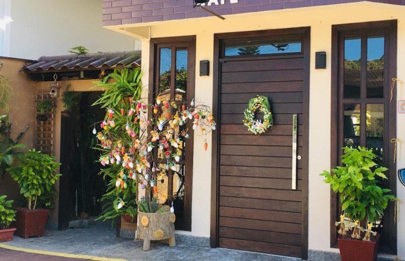 Na rua Oscar Schwartz, no bairro Anita Garibaldi, Joinville, uma casa muito charmosa com uma bela árvore de Páscoa. A dona caprichou. – Foto: Raquel Schwarz/Divulgação ND