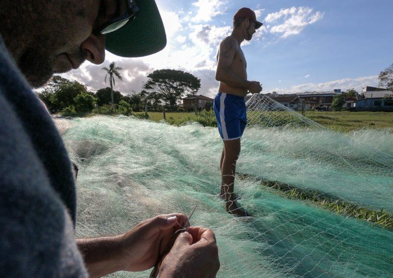 Pescadores da Ilha ajustando rede anilhada para pesca da tainha