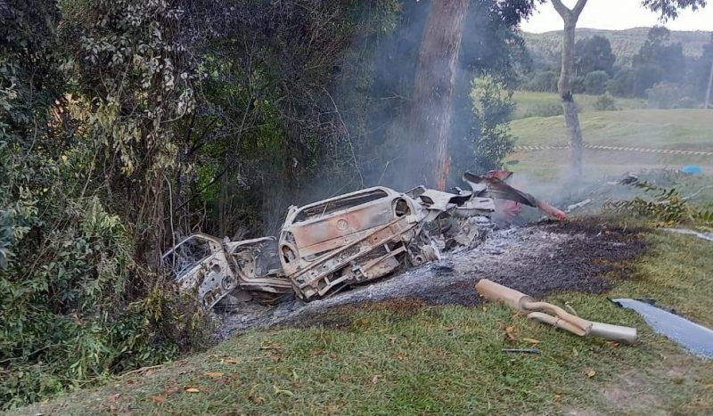 Gol pegou fogo após bater contra a árvore- Foto: Corpo de Bombeiros Voluntários de Itaiópolis