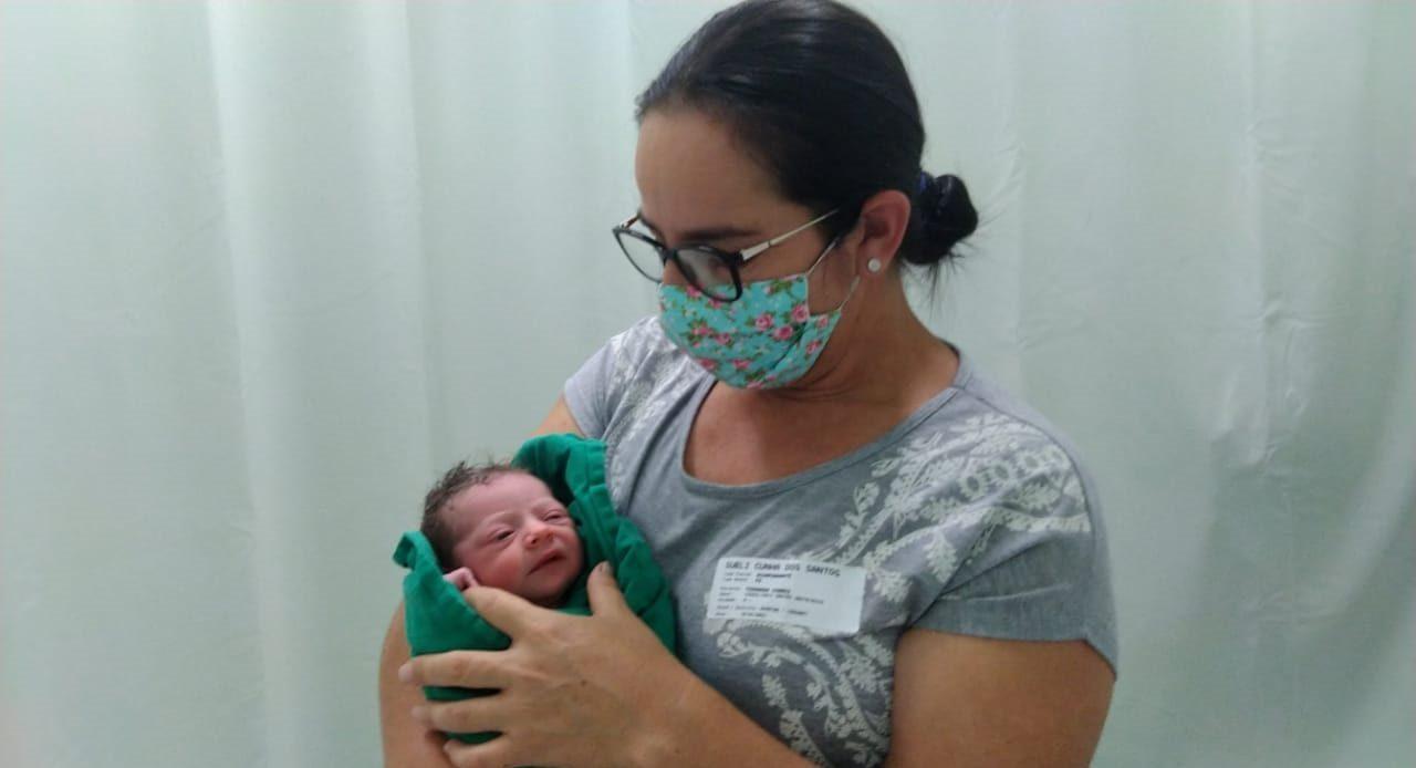 Bebê 'apressada' nasce dentro de carro em frente à hospital de SC - Divulgação / Hospital Santo Antônio