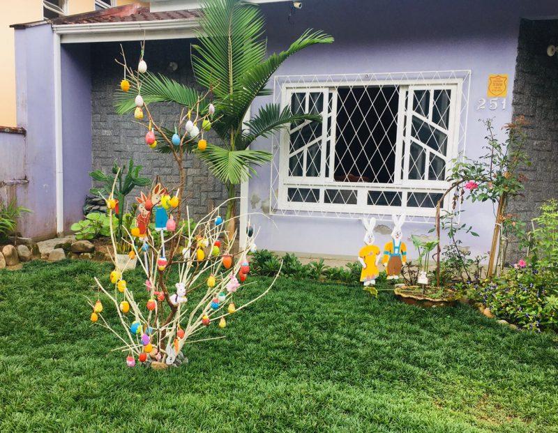Olha essa que linda e colorida essa Árvore de Páscoa. Fica na rua Dona Marieta Stock, também no bairro Anita Garibaldi, em Joinville. – Foto: Raquel Schiavini Schwarz