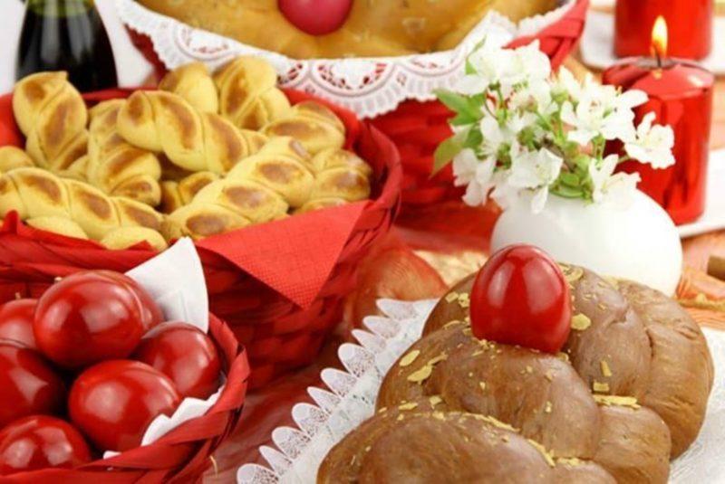 Os tradicionais ovos cozidos pintados de vermelho nas comemorações gregas – Foto: Reprodução/desbraveomundo.com.br/ND