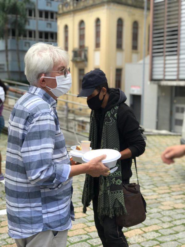 Padre Vilson Groh com morador de rua no Centro de Florianópolis – Foto: Luciano Brito/Divulgação/ND