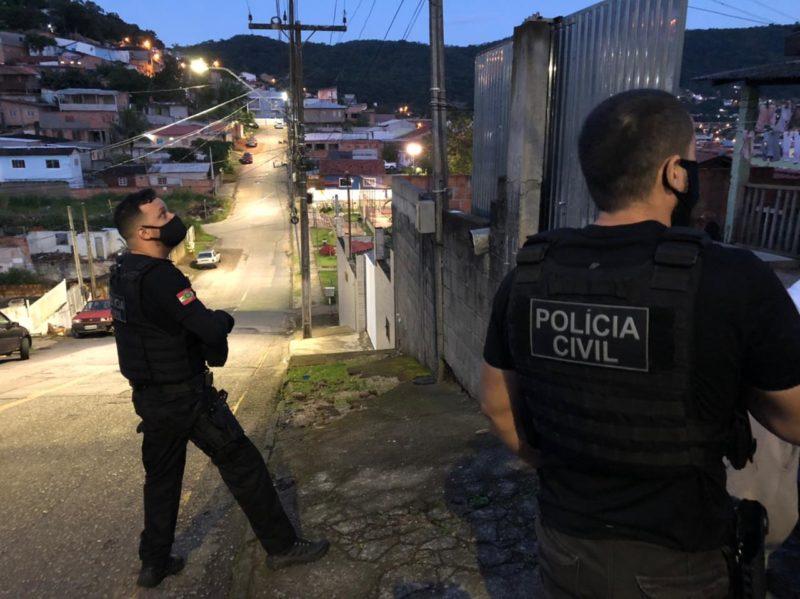 Agentes da Polícia Civil em trabalho da Operação Héracles; pistas sobre o latrocínio estão sendo identificadas – Foto: PCSC/divulgação
