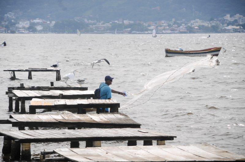 pescador na Lagoa da Conceição