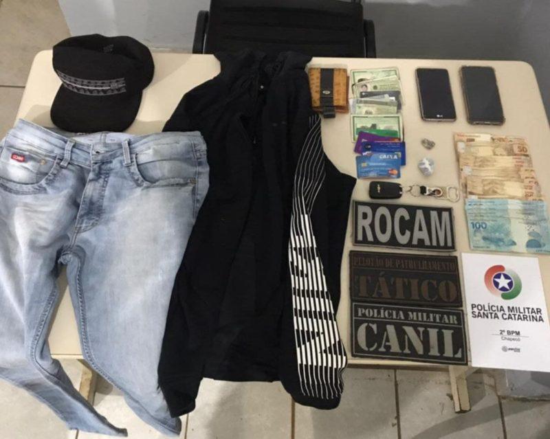 Objetos e dinheiro foram recuperados. – Foto: Polícia Militar/Divulgação/ND