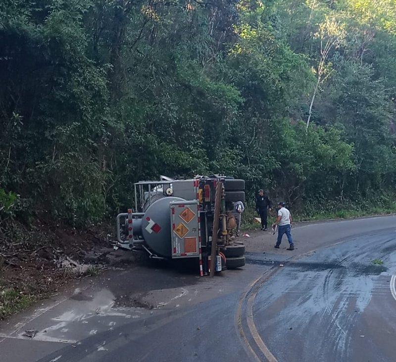 Caminhão tombou entre Peritiba e Ipira com material explisivo