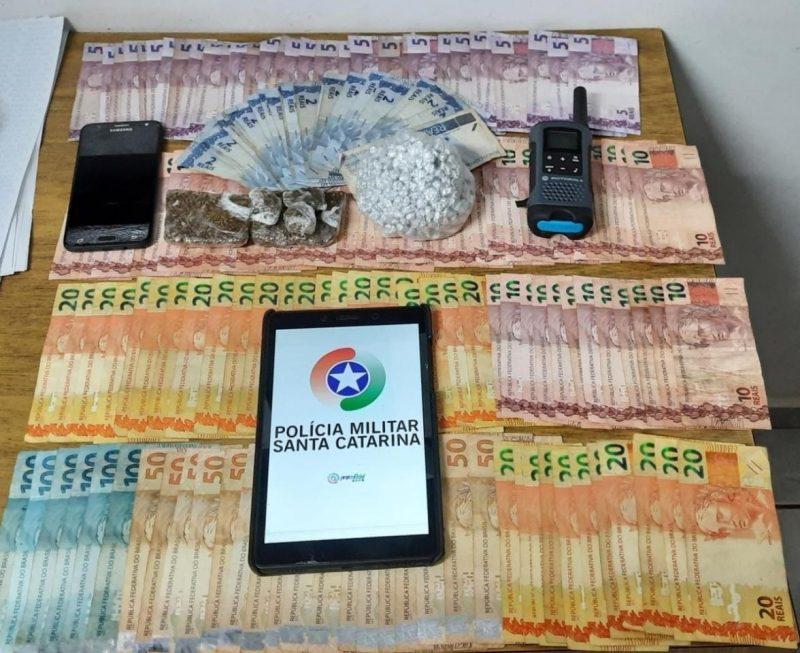 Na casa, a polícia encontrou dinheiro, maconha, crack, caderno de anotações e celular – Foto: Polícia Militar/Divulgação