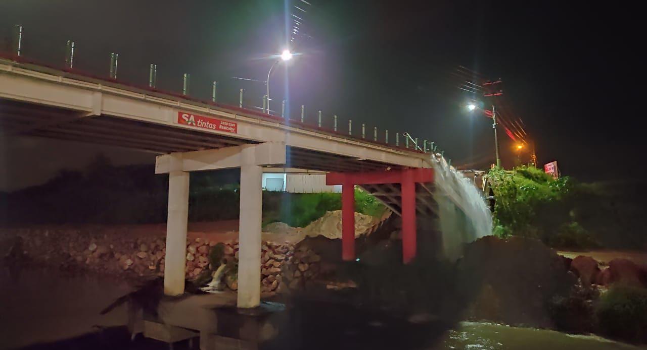 Cabeceira de ponte cede e carros são engolidos em Brusque - Divulgação/Redes Sociais
