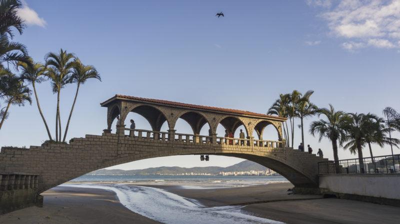Entre as praias Central e a do Canto está a Ponte dos Suspiros. Feita em pedra, o lugar serve de inspiração e é muito procurado para quem quer registrar belas fotos das paisagens ao redor – Foto: Prefeitura de Itapema/Divulgação