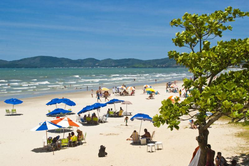 A mais famosa praia de Itapema é um dos principais destinos, tanto durante o dia, quanto a noite – Foto: Prefeitura de Itapema/Divulgação