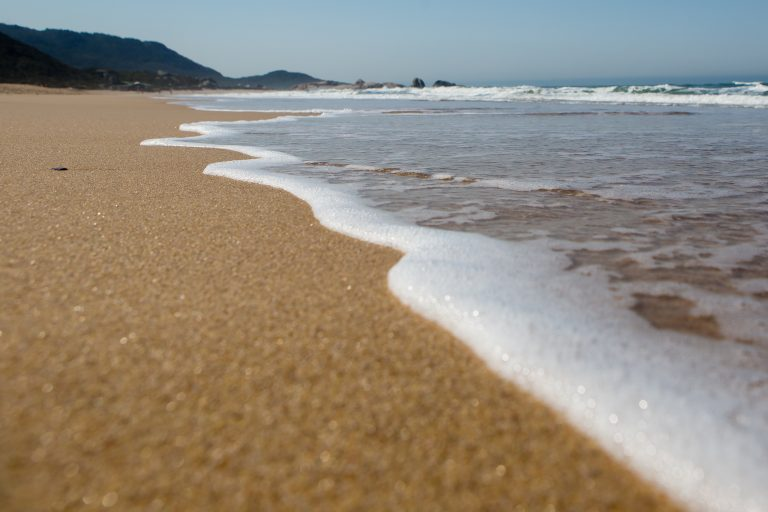 Decreto mantém permissão para a permanência nas praias, mas proíbe aglomeração e concentração de pessoas – Foto: Flavio Tin/Arquivo/ND