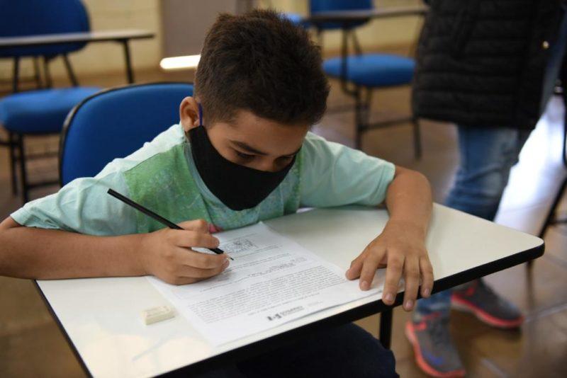 Imigrantes aprendem a língua portuguesa em Chapecó