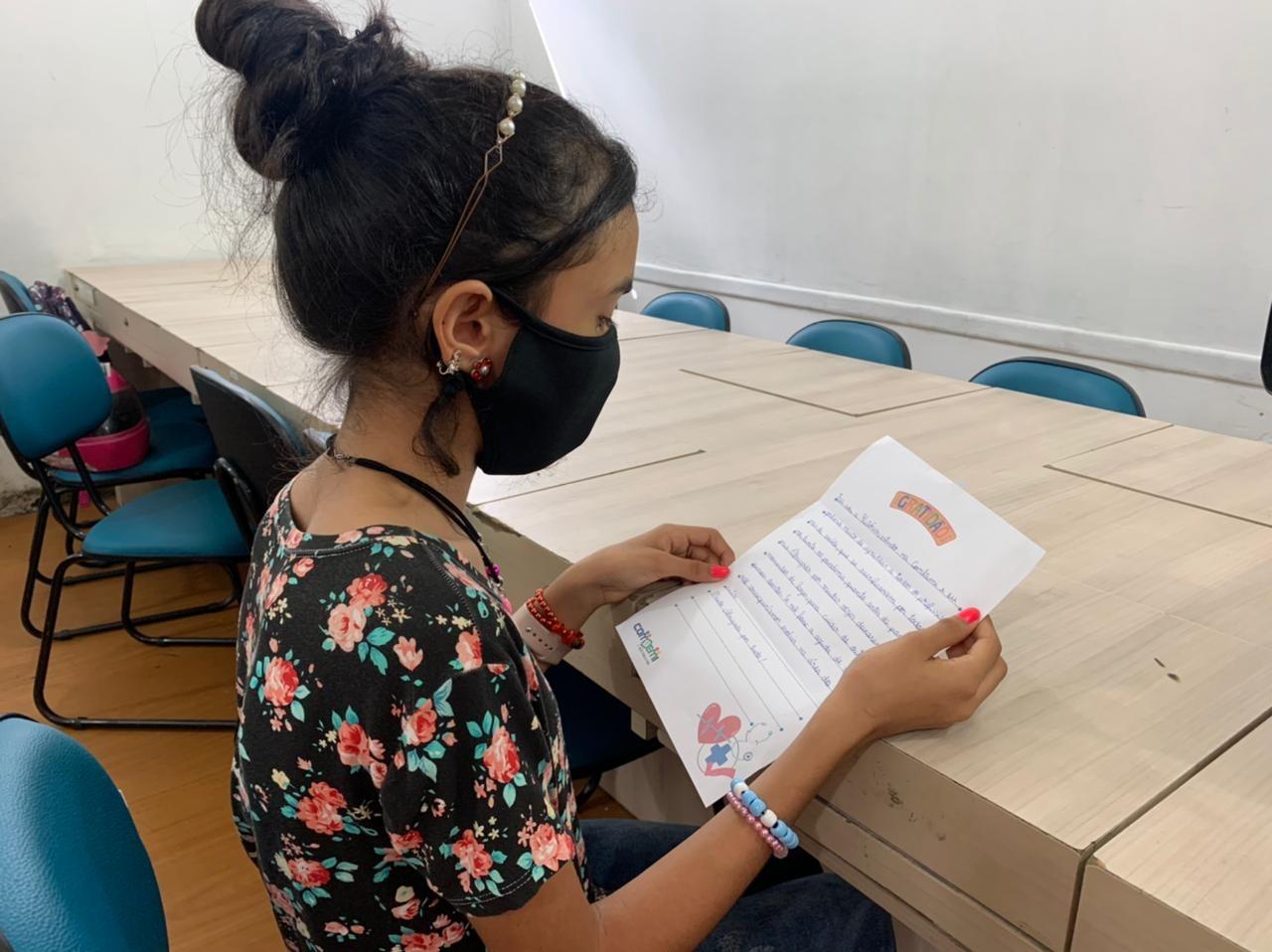 Estudantes tiveram aula sobre a Covid-19 e decidiram escrever cartas aos profissionais da saúde - Secom Itajaí/Divulgação