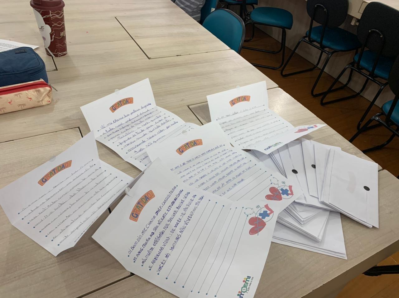 Estudantes tiveram a iniciativa de escrever a carta de apoio aos profissionais, após ter aula sobre a Covid-19 - Secom Itajaí/Divulgação