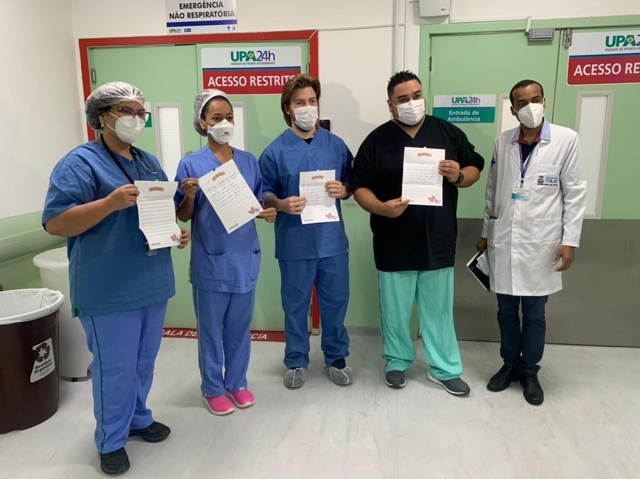 Profissionais receberam as cartas nesta quarta-feira (7) - Secom Itajaí/Divulgação