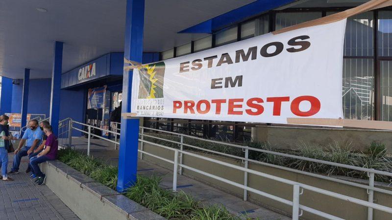 Agência localizada na rua 7 de Setembro, no Centro, foi a que teve maior adesão ao movimento. – Foto: Fábio Bublitz/NDTV Blumenau