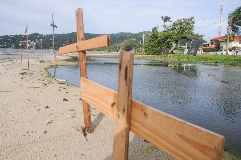 Protesto com cruzes na Lagoa da Conceição