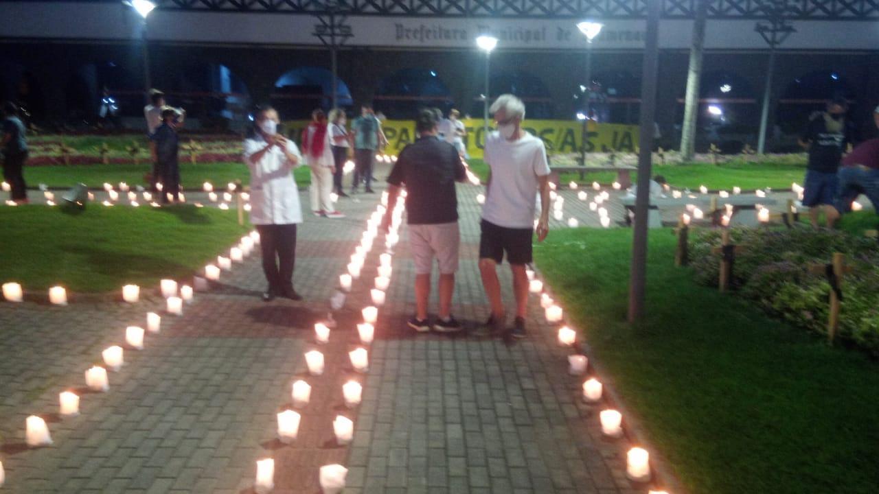 Manifestantes protestam em frente à Prefeitura de Blumenau - Sindicato dos Empregados em Estabelecimentos Bancários de Blumenau e Região