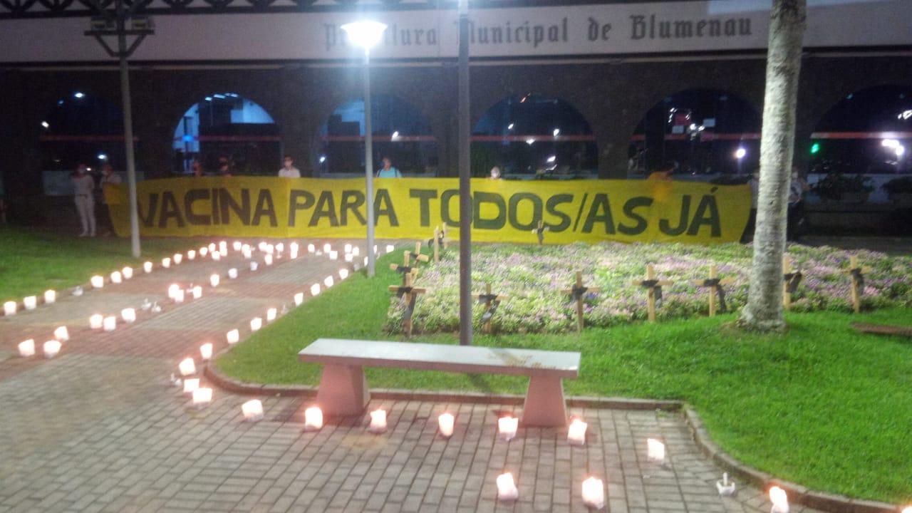 Manifestantes protestam contra o governo do presidente Bolsonaro. - Sindicato dos Empregados em Estabelecimentos Bancários de Blumenau e Região