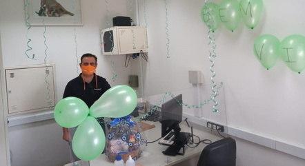 Alcimei foi recebido com festa no trabalho – Foto: Reprodução/ND