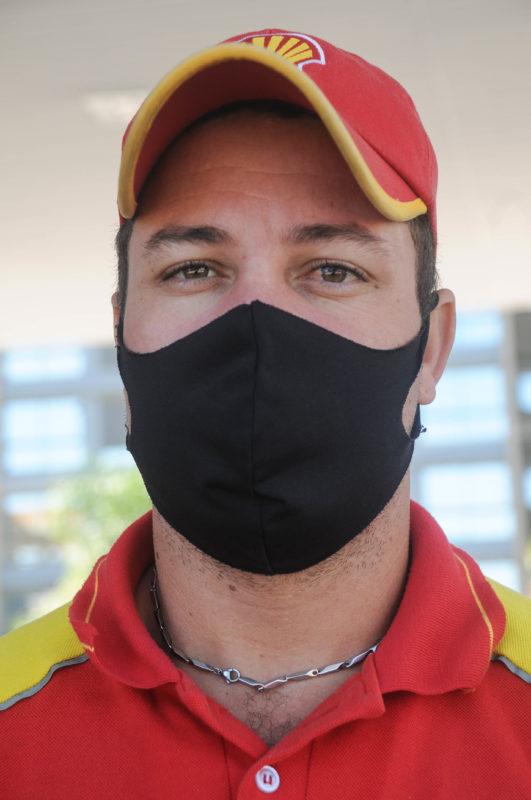 O atendimento ao público também fez Reginaldo optar pelo uso de máscara durante o expediente – Foto: Leo Munhoz/ND