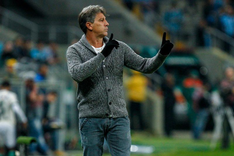 Renato Gaúcho orienta Grêmio na beira do campo
