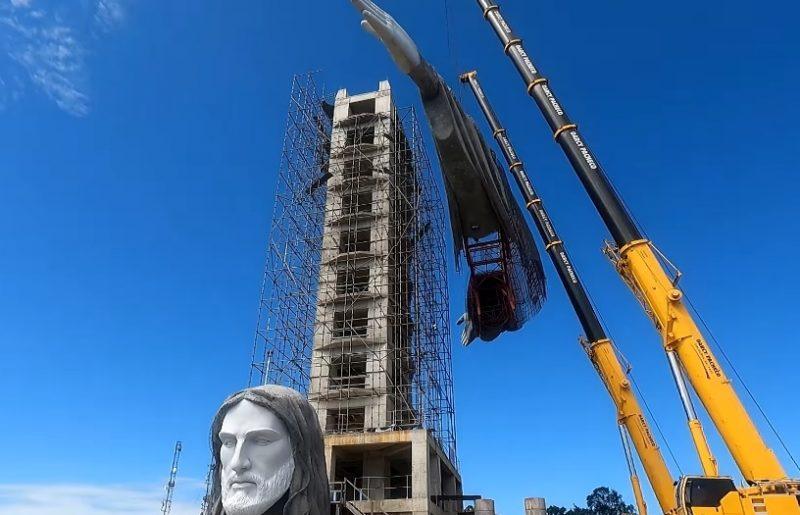 A previsão é de que o monumento fique pronto no segundo semestre de 2021. No dia 6 de abril foram içados os braços e a cabeça do Cristo. – Foto: Reprodução/Konce Agência/Divulgação/ND