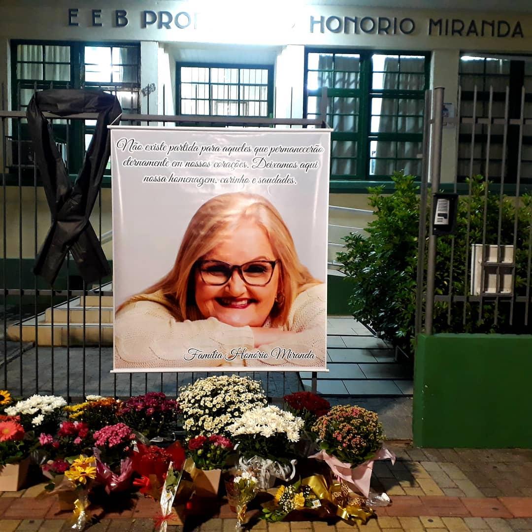 Amigos, alunos, colegas e familiares prestaram últimas homenagens em frente à escola que Viviana dava aula - Reprodução/Facebook/ND
