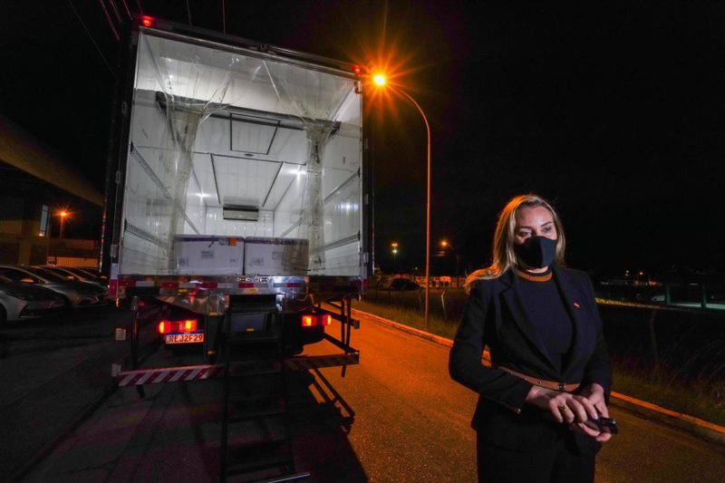 Governadora em exercício de SC acompanha a chegada de 229,2 mil doses de vacina em Florianópolis – Foto: Ricardo Wolffenbüttel/Secom/Divulgação