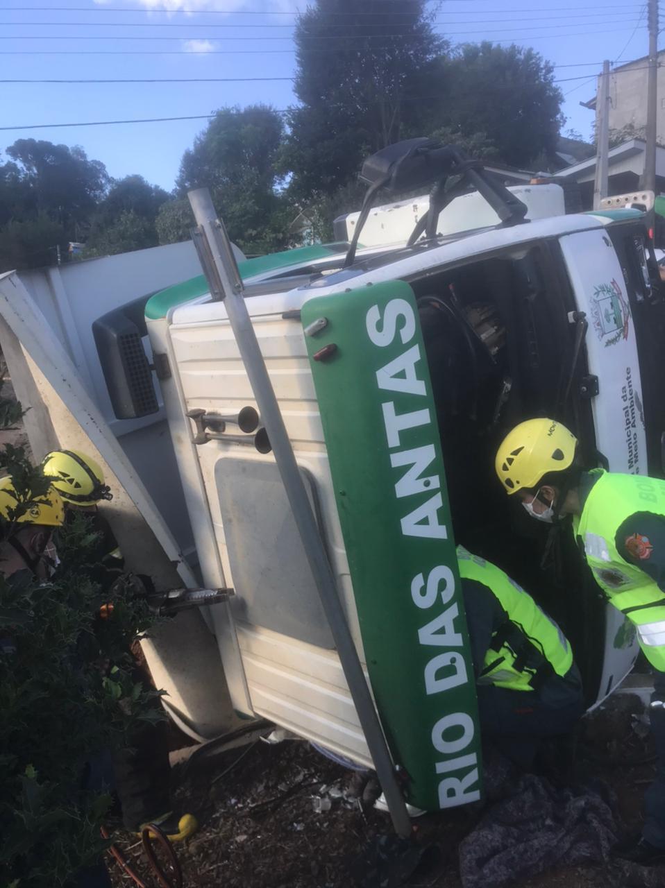 Motorista de 48 ficou presos às ferragens após caminhão tombar no bairro Novo Horizonte - Corpo de Bombeiros/Divulgação ND