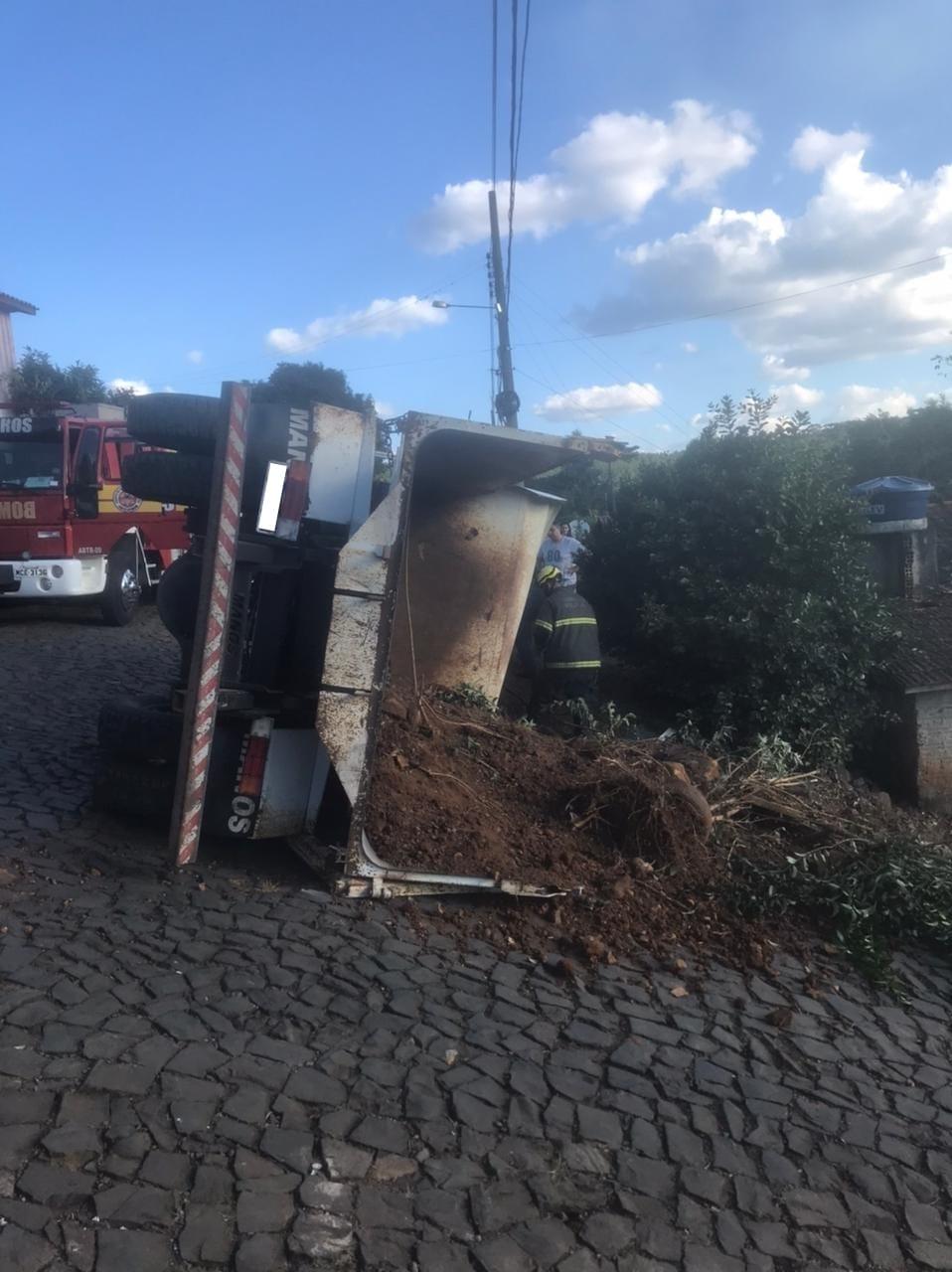Caminhão caçamba estava carregado com terra e arbustos - Corpo de Bombeiros/Divulgação ND