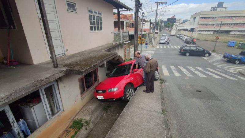 Carro perdeu o controle e quase invadiu uma facção de costura – Foto: Rodrigo Vieira/NDTV Blumenau