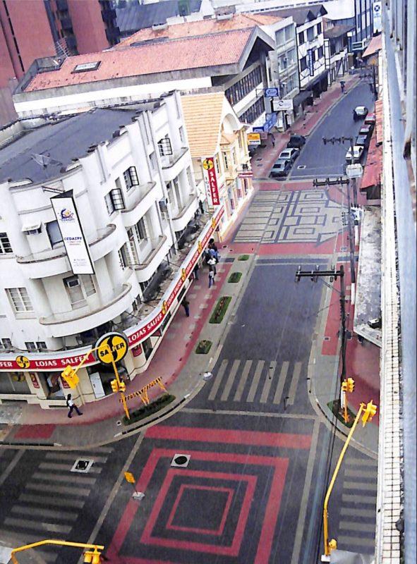 A reurbanização teve como objetivo alavancar o movimento econômico ao longo da principal rua comercial da cidade. Essa é a versão da rua XV mais próxima do que conhecemos hoje. – Fonte e foto: Fundação Cultural de Blumenau / Arquivo Histórico José Ferreira da Silva