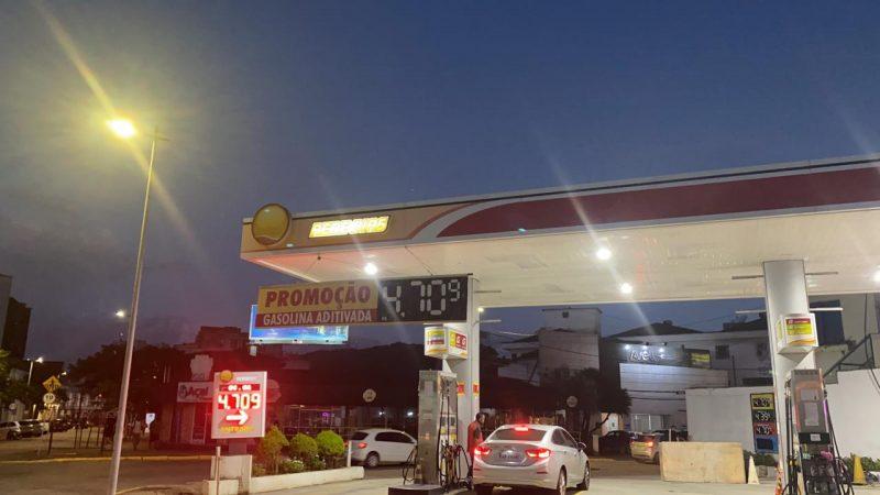 O Procon de Joinville chegou a fazer uma pesquisa no dia 5 de março e apontou que o preço do litro da gasolina comum variava entre R$ 4,889 e R$ 5,199 naquele período. Porém, o combustível teve mais uma queda. Neste posto do centro de Joinville, a gasolina aditivada estava sendo comercializada a R$ 4,70 nesta quarta-feira, dia 7/4 – Foto: Nathan da Maia Rebello/Divulgação ND