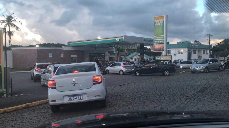 A gasolina mais barata gerou fila em um posto de combustível de Joinville que vendia o litro a R$ 4,69. Depois de tantos aumentos consecutivos, a redução no preço é um alívio para o consumidor – Foto: Ricardo Alves