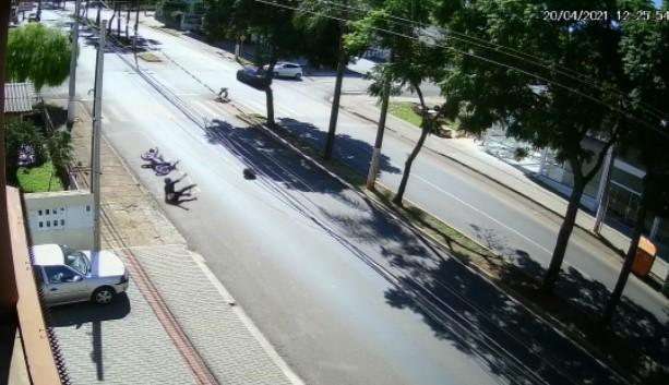 Piloto foi arrastado junto com a moto, dá cambalhotas e para em pé