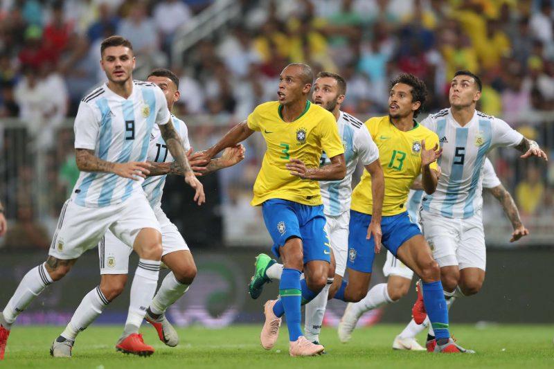 Seleção Brasileira jogando contra a Argentina