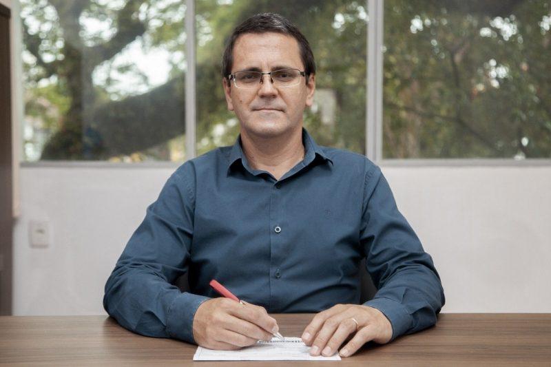 O secretário de Administração e Finanças, Silvio César da Silva, assumirá interinamente o cargo de secretário de Educação. – Foto: Divulgação Prefeitura de Indaial