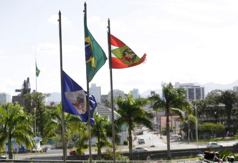 No dia em que Joinville chegou a mil mortes por causa da Covid-19, a prefeitura decretou luto oficial de três dias na cidade – Foto: Rogério da Silva/Secom/Divulgação ND