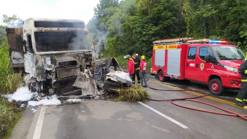 Caminhão e carro totalmente destruídos após o acidente que desencadeou o incêndio e deixou duas pessoas mortas – Foto: Ricardo Moreira/NDTV Joinville