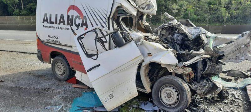 Motorista do furgão, um jovem de 25 anos, morreu no local – Foto: Polícia Rodoviária Federal/Divulgação ND