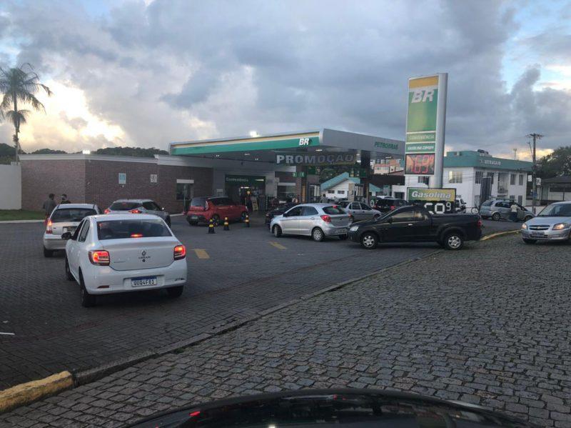 A queda no preço dos combustíveis nas bombas provocou filas em Joinville nesta quarta-feira (7) – Foto: Ricardo Alves/NDTV