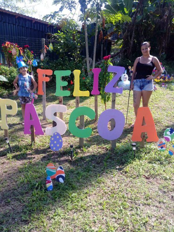 Giane, que mora no bairro Majorca, em São Francisco do Sul, inovou na decoração esse ano e enfeitou o jardim de casa.- Foto: Arquivo pessoal/Divulgação ND