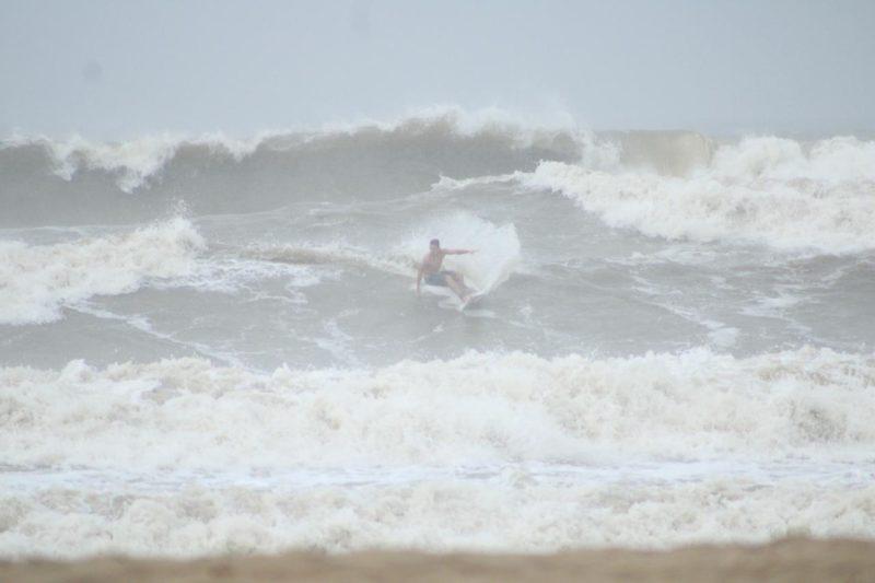 Mar agitado não afastou os surfistas de Barra Velha, no Litoral Norte de SC – Foto: Gabriely Silva