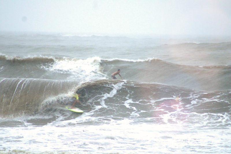 Os surfistas de Barra Velha aproveitam o mar agitado por causa da tempestade Potira, que está no mar e causa ventos fortes e grandes ondas na costa catarinense. As fotos são impressionantes! – Foto: Gabriely Silva