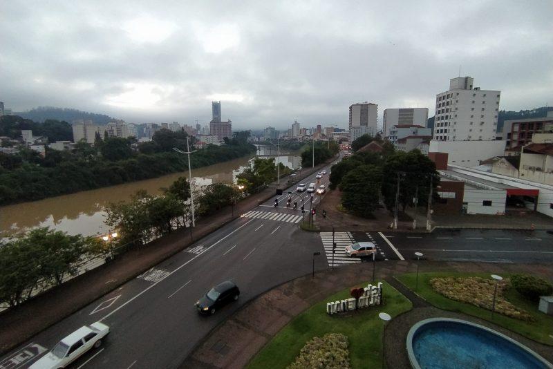 Dia deve ser de tempo instável com muitas nuvens em Blumenau