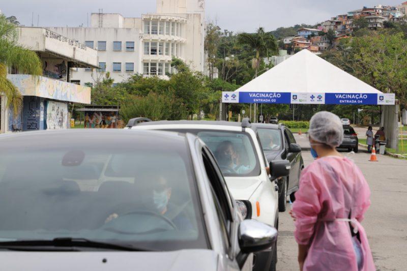 fila de carros no ponto drive thru de vacinação em florianopolis